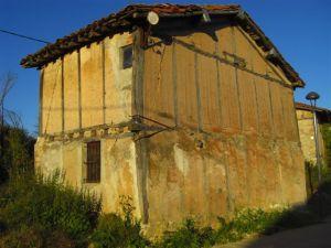 Casas como esta de Espinosa del Camino, en la que se ve la estructura de madera y las paredes de adobe proliferan a lo largo de la geografía burgalesa